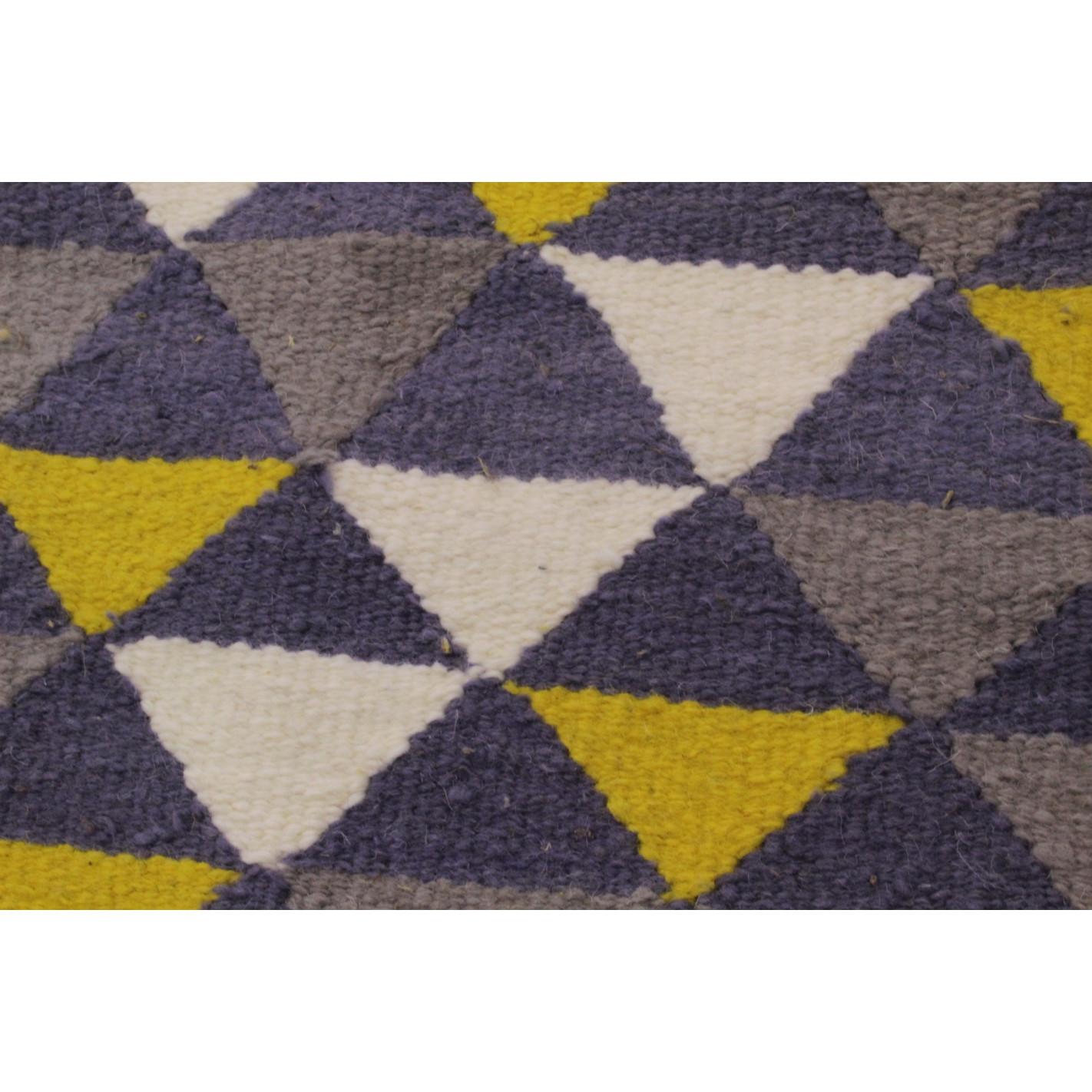 tapis scandinave motifs triangles gris et jaune. Black Bedroom Furniture Sets. Home Design Ideas