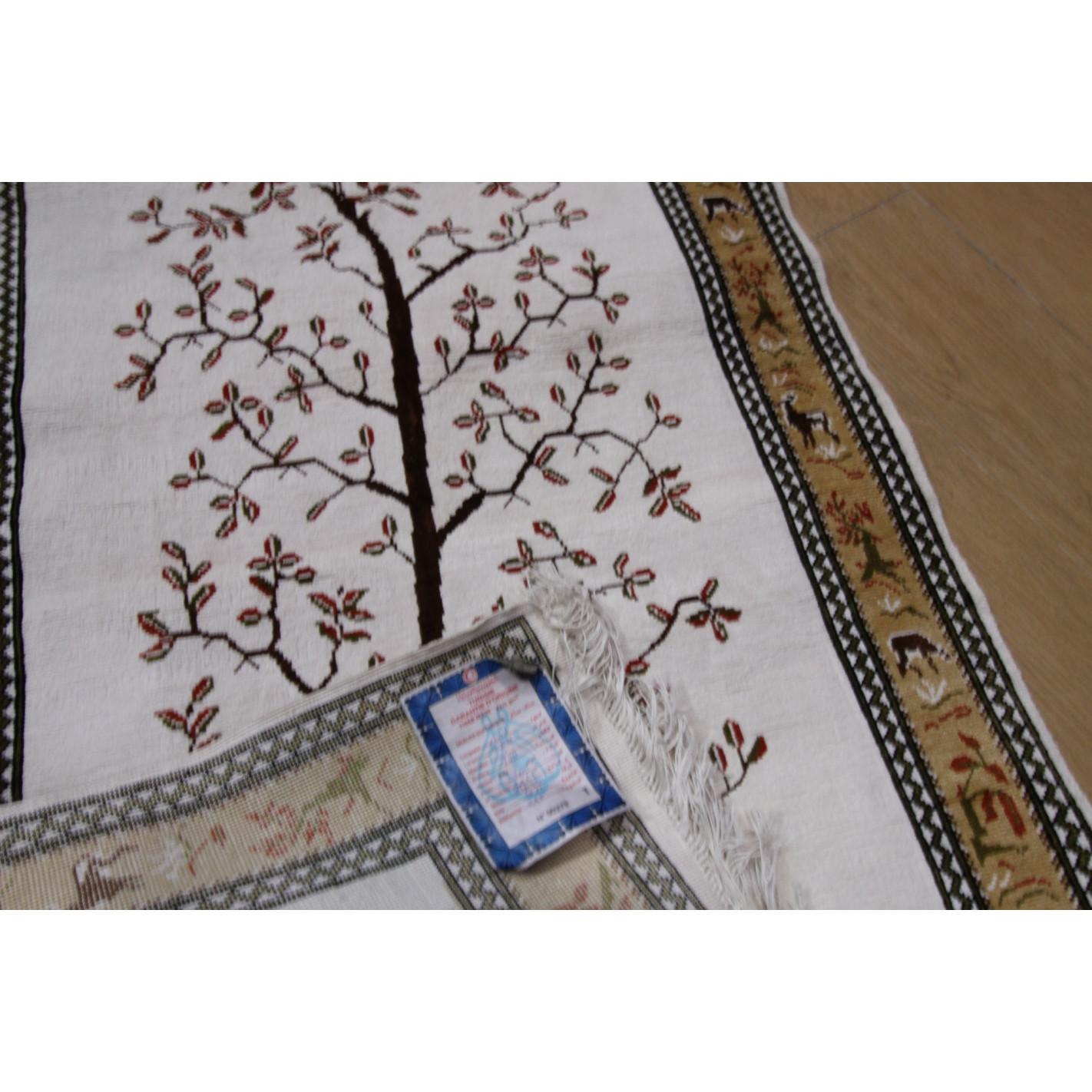 tapis soie beige et blanc avec motif arbre. Black Bedroom Furniture Sets. Home Design Ideas